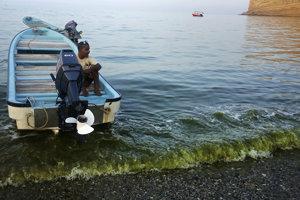 Voda na pobrežiach je z rias zafarbená na tmavozelenú farbu. Podľa vedca Bassema al Husna (na snímke) sa riasam darí najmä vďaka klimatickým zmenám.