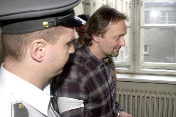 12. mája 2003. Bývalého riaditeľa SIS Ivana Lexu z vyšetrovacej väzby predviedli na Okresný súd Bratislava I.