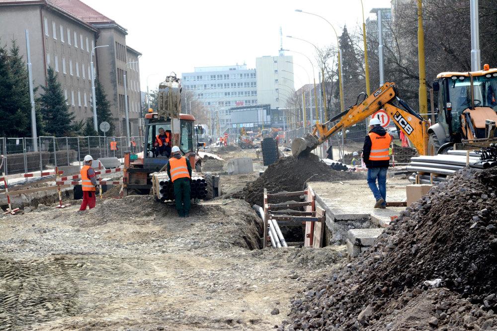 Boženy Němcovej a Zimná ulica. Práce na obnove tohto úseku trate spočiatku umožňovali autám prejazd ulicou. V závere februára 2017 však musela Eurovia-SK úplne uzavrieť na Boženy Němcovej cestu medzi Watsonovou a križovatkou Vyskoškolská – Hroncova (snímka vyššie). Obmedzenie potrvá do záveru mája 2017. Zhotoviteľ diela to zdôvodnil veľmi komplikovanou situáciu ohľadom vodovodného potrubia i kanalizácie. Káblovody sú v strede jazdných pruhov, takže bez úplnej uzávery cesty to nedokázali urobiť. Na inžinierskych sieťach sa pracuje aj v týchto dňoch. Koniec obnovy trate aj s časťou na Zimnej ulici (snímka dole) je naplánovaný na jún 2017.