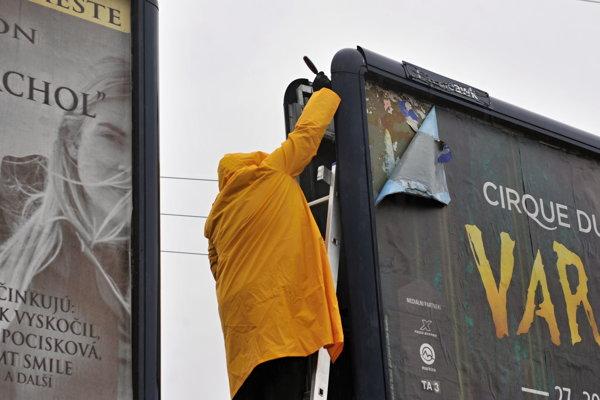 Reklamná spoločnosť odstránila prvé svoje bilboardy.
