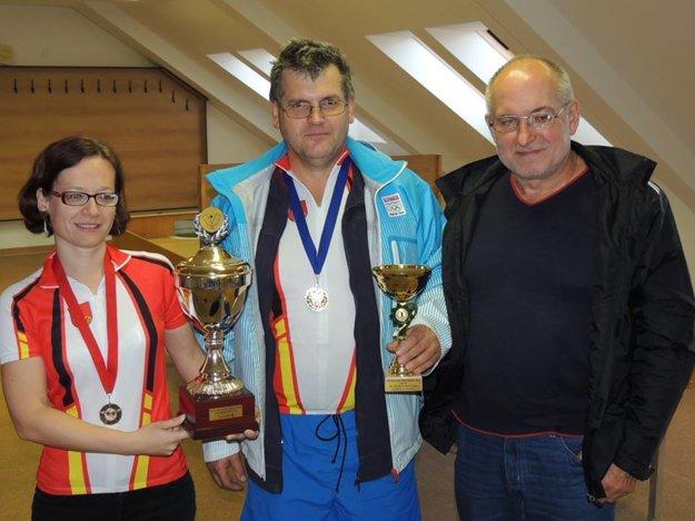 Dušan Milo (v strede) má vo svojej zbierke množstvo trofejí.