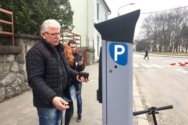 Parkovacie automaty sú nové, šoféri musia vedieť ŠPZ auta, za ktoré platia. Býva to často problém.