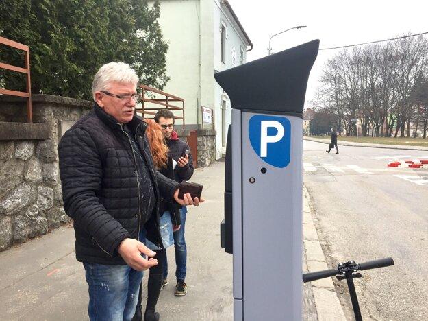 Parkovacie automaty sú nové, šoféri musia vedieť ŠPZ auta, za ktoré platia.