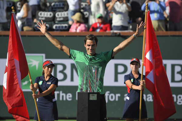 Roger Federer s trofejou pre víťaza.