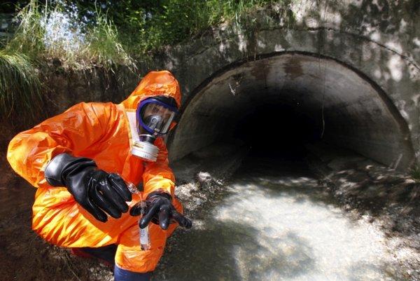 Aktivisti nebezpečné látky v rieke údajne našli, štátni inšpektori nie.