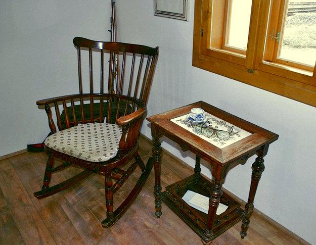 Interiér rodného domčeka v Staškove. Na stolíku sa vynímajú aj okuliare, ktoré herec používal až do konca svojho života.