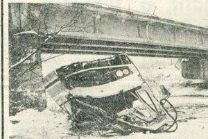 Autobus sa do rieky zrútil z výšky desiatich metrov.