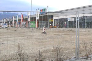 Robotníci už začali s odstraňovaním časti parkoviska.