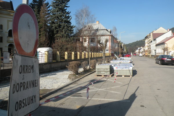 Práce na chodníku na Bernolákovej sa už začali.