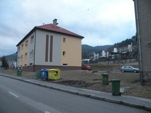 Medzi bytovkami na ulici Baničné bude malé parkovisko.