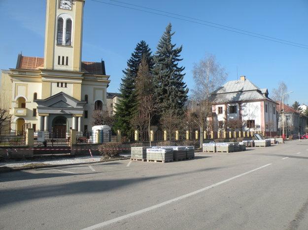 Nový chodník zo zámkovej dlažby položia od evanjelického kostola až po škôlku.