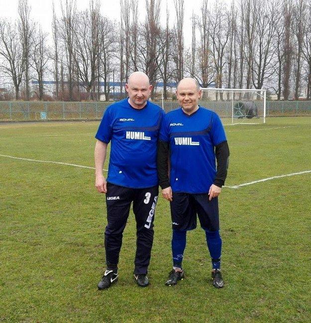 V stretnutí Nevidzany - Krušovce (3:0) museli kvôli obmedzenému počtu hráčov vkádri hostí nastúpiť inestarnúci Miloš Hubinský (vpravo), ktorý je zároveň asistentom trénera aMiloš Matušík, ktorý je ivedúcim mužstva TJ Slovan.
