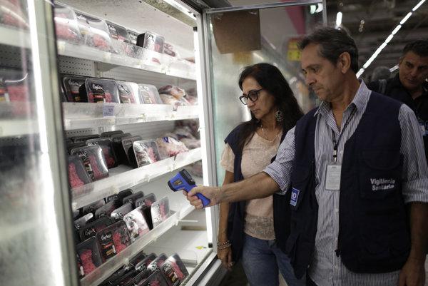 Kontrola mäsa v supermarkete v Rio de Janeiro.