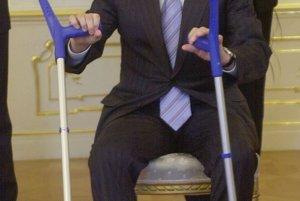 V marci 2006 si Dzurinda zlomil na lyžovačke nohu.