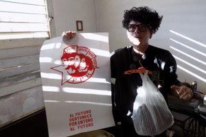 Gorki s vešiakom, igelitovou taškou, pílou a plagátom kapely, ktorý sám navrhol.