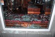Zlodeji najskôr dlažobnými kockami rozbili sklenenú výplň na predajni.