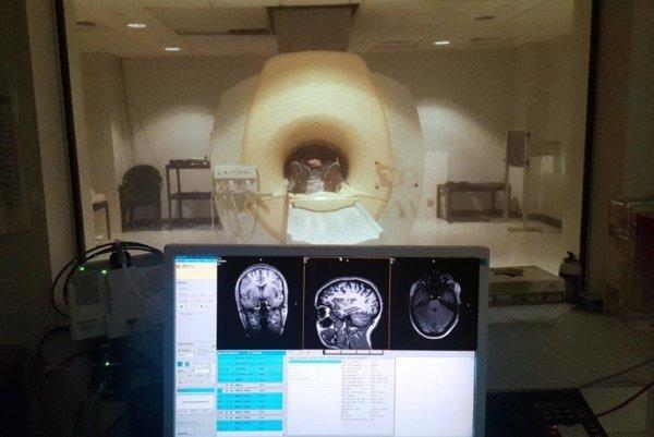 Účastník štúdie podstupuje magnetickú rezonanciu.