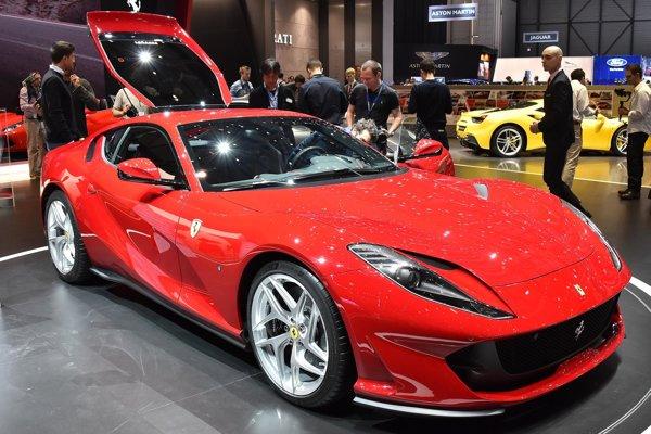 Superšportové Ferrari 812 Superfast. Pohonnou jednotkou modelu Superfast – superrýchly – je 6,5-litrový vidlicový dvanásťvalec s maximálnym výkonom 588 kW.