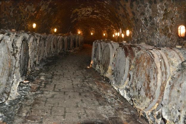 V tufovej pivnici. Pivnica Jaroslava Ostrožoviča sa nachádza 13 metrov pod povrchom, bola hĺbená ručne a je tam 90-percentná vlhkosť. Ušľachtilá pleseň, ktorá sa tam všade rozpína, je mimoriadne dôležitá, lebo pomáha v pivnici udržiavať správnu mikroklímu a dodáva špecifickosť vínam.