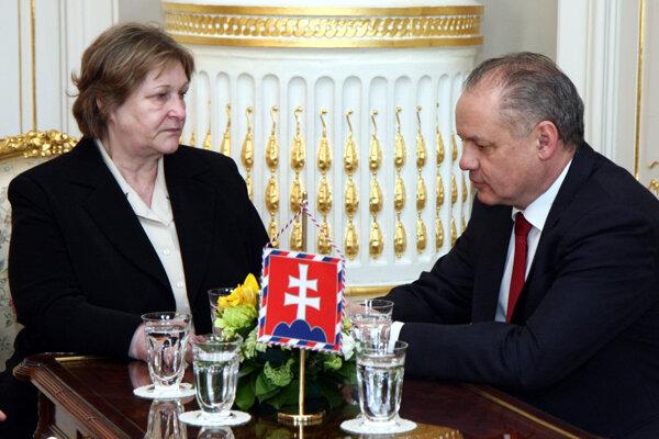 Verejná ochrankyňa práv Jana Dubovcová a prezident SR Andrej Kiska počas prijatia ombudsmanky v Prezidentskom paláci. Bratislava, 23. marec 2017.