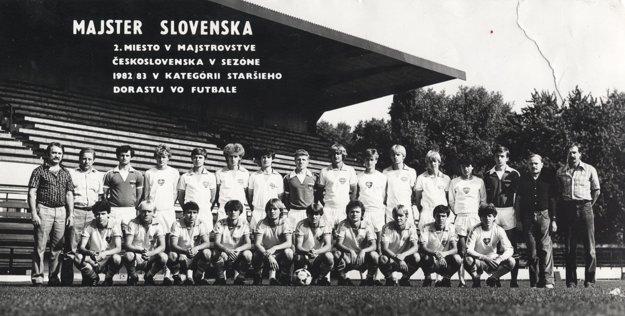 Úspešný starší dorast Plastiky Nitra v sezóne 1982/83. Horný rad zľava: I. Bobček, Š. Havlíček, P. Guliš, F. Halás, P. Kazík, M. Süttö, J. Blaho, Ľ. Šulovský, M. Florek, J. Školka, F. Prepelica, J. Vavrovič, J. Piršek, M. Jeluš, MUDr. Ľ. Holý, M. Lešický. Dolný rad zľava: E. Dobai, T. Kišucký, T. Urban, Ľ. Moravčík, P. Hnilica, Ľ. Kolár, B. Varga, Z. Kamenický, M. Šindler, M. Rimanovský.