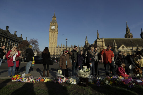 Ľudia prišli položiť kvety na námestie pri parlamente na pamiatku obetiam útoku.