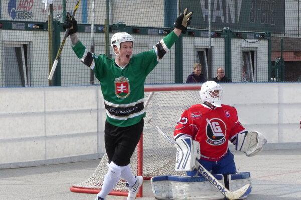 Rišo Válek sa teší z vyrovnávajúceho gólu na 1:1 z hokejky Rada Smetanu.
