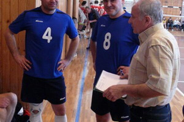Tréner Igor Mackovič dáva pokyny Ivankovi a Hromekovi.