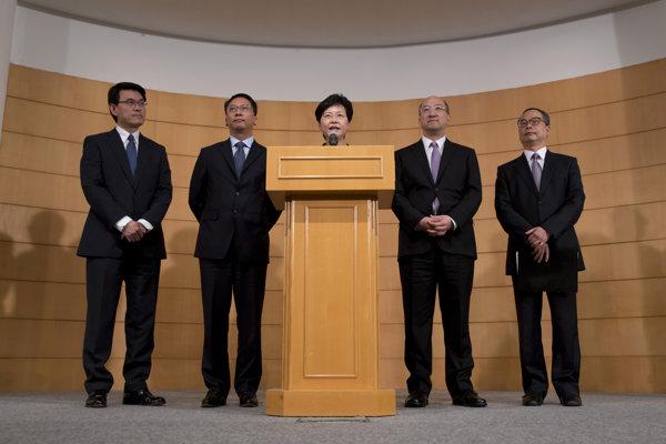 Šéfka administratívy hongkonskej vlády Carrie Lamová (v strede).