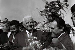 Deti družstevníkov vítajú pohlavárov kyticami čerstvých kvetov. Uprostred prezident republiky Ludvík Svoboda, vpravo prvý tajomník ÚV KSS Vasil Biľak.