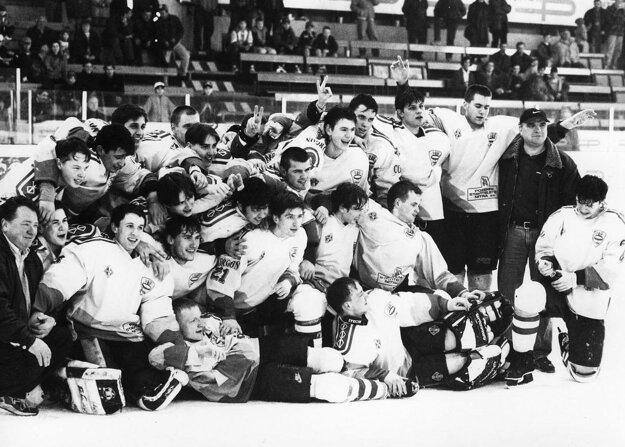 Zlatý tím MHC Plastika Nitra zo sezóny 1996/97.