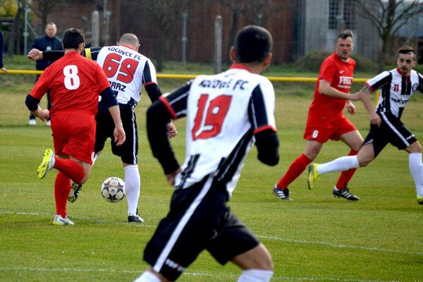Futbalisti z Veľkých Bieroviec/Opatoviec (v červenom) si s prehľadom poradili s Kočovcami.