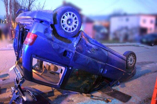 V prevrátenom aute sedlo päť ľudí, z toho štyri deti.