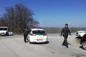 Uzavreté cesty. Polícia zastavovala a prehľadávala autá.