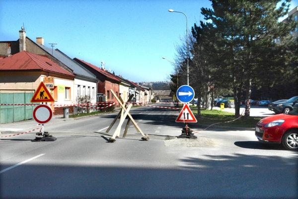 Uzavretá cesta. Mesto nariadilo v utorok odstránenie nepovoleného dopravného značenia.