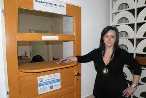 Michaela Verešová Teleláková, pracovníčka mieste prvého kontaktu na Obecnom úrade v Nitrianskom Pravne poskytuje ľuďom všetky základné informácie.