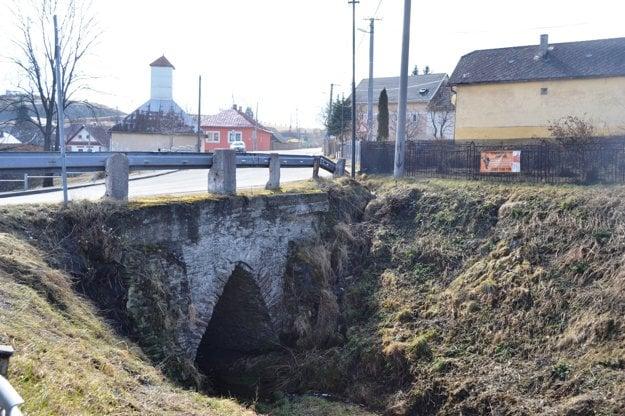 Gotický most potrebuje opravu.