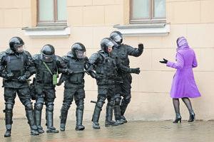 Demonštrantka v Bielorusku.