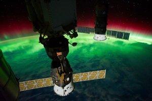 Južná žiara (Aurora Australis) pri pobreží Nového Zélandu z ISS.