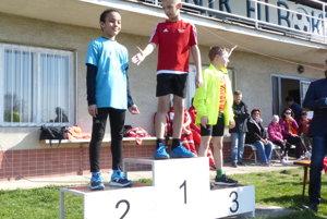 Najlepší znajmladších žiakov zľava druhý Eric Houndjo, víťaz Kristián Hlaváč atretí Michal Kubica.