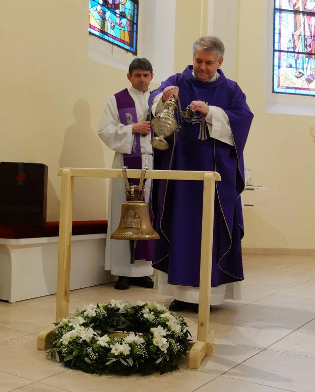 Posvätenie zvona v Kostole sv. Petra a Pavla v Žarnovici.