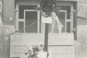 21. august 1968. Detail kríža s tŕňovou korunou z ostnatého drôtu a s kapitánskou čiapkou.