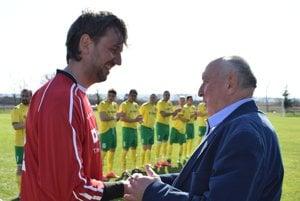 Martinovi Raškovi gratuluje Václav Ciberej.