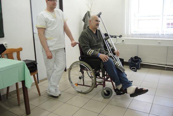 V trenčianskej nemocnici ročne urobia asi 400 implantátov, dvesto sa týka endoprotéz kolena arovnaké číslo endoprotéz bedra. Operácií ramena ačlenka je minimum.