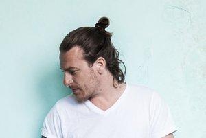 Marcus Füreder (42) je rakúsky DJ a hudobný producent. Tvoriť začal v deväťdesiatych rokoch, no preslávila ho prezývka Parov Stelar, v ktorej začal prerábať staré swingové nahrávky. Spolupracoval s Lanou del Rey aj s Lady Gaga.