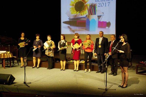 Ocenení pedagógovia na spoločnej fotografii s Milanom Gurom, primátorom Čadce a Jánom Polákom, vedúcim oddelenia školstva.