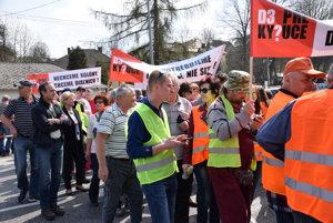 Protestujúci ľudia na priechode pre chodcov v Budatínskej Lehote.