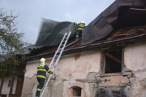 V obci Silica vietor odtrhol časť strechy.