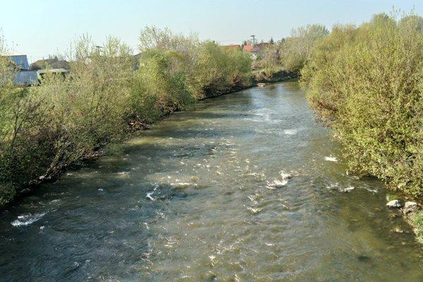 Žena skočila z mosta do rieky.