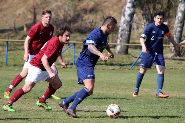 Futbalisti Vavrečky (v tmavomodrých dresoch) vyhrali 2:0 v Zázrivej.